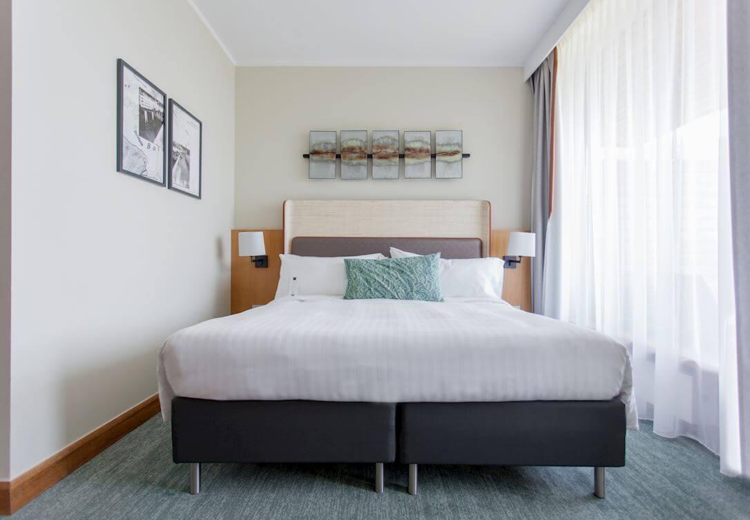 Przestronny jasny pokój z dużym łóżkiem