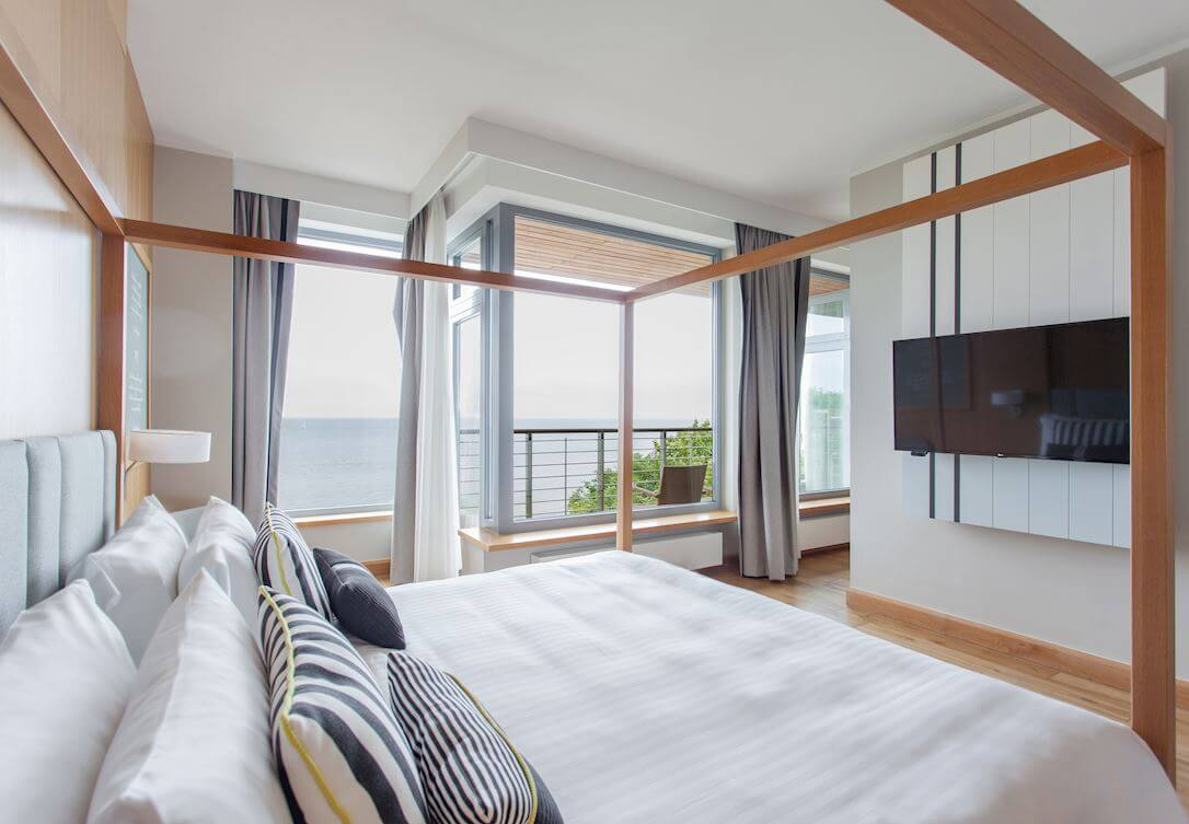 Pokój rodzinny z widokiem na morze oraz z sofą