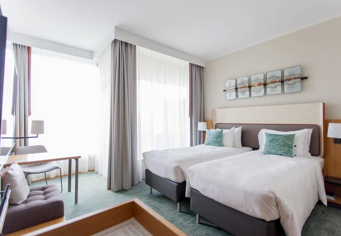 Przestronny pokój z dwoma pojedyńczymi łóżkami